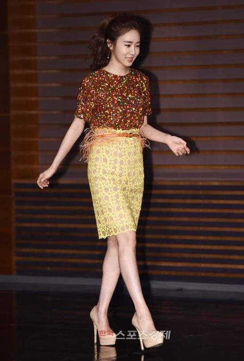 Mỹ nhân gợi cảm của bộ phim Secret Garden Yoo In Na cũng tham gia bộ tứ trong phim. Khác với hình ảnh sexy vốn có, Yoo In Na mặc khá kín đáo trong sự kiện.