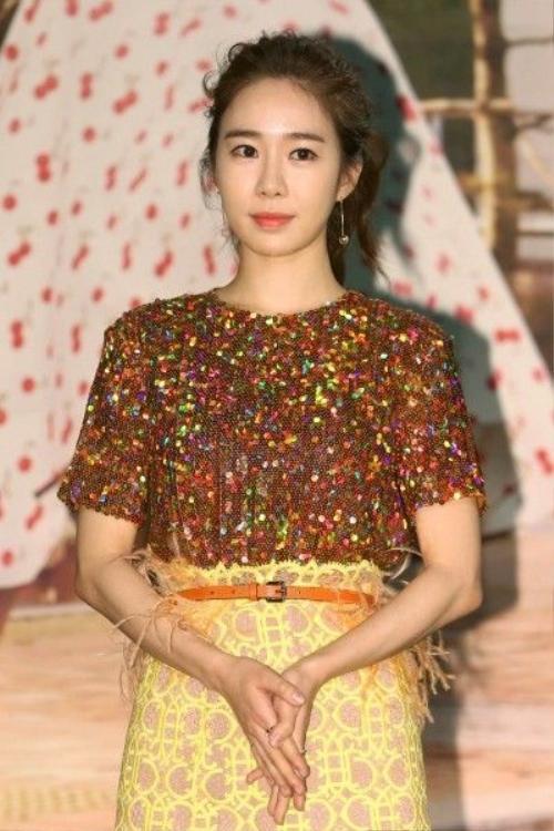 Trong bộ tứ, Yoo In Na thể hiện vai Go Dong Mi - một giáo viên trung học có ngoại hình khiêm tốn.