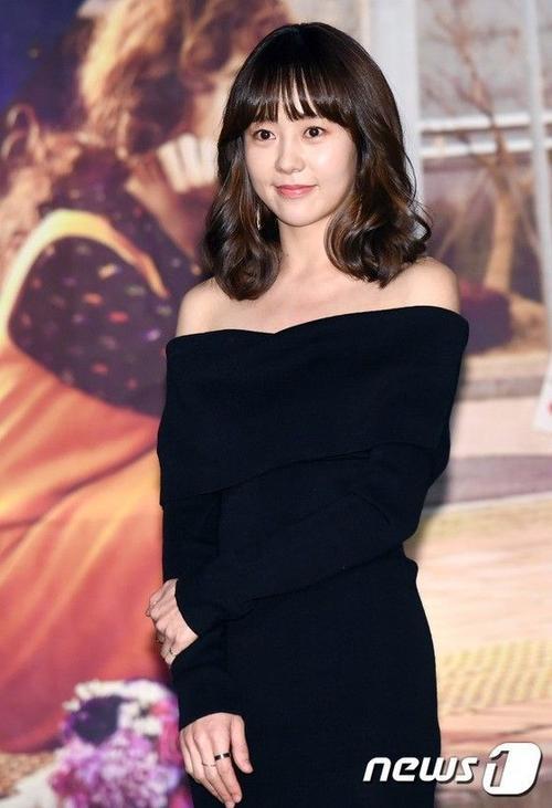 Thành viên cuối cùng là You Da In, cô đảm nhận vai Baek Da Jung làm việc cùng với Han Mi Mo của Jang Nara. Người đẹp đến họp báo trong bộ váy đen, lộ vai trần gợi cảm.