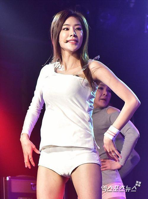 Vì nhảy sung, thành viên Junyool bị tuột dây quai áo.
