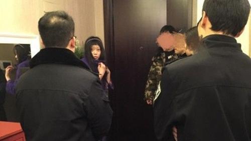 Khi cảnh sát có mặt, cô đang trong tư thế nằm bồn ở phòng tắm.