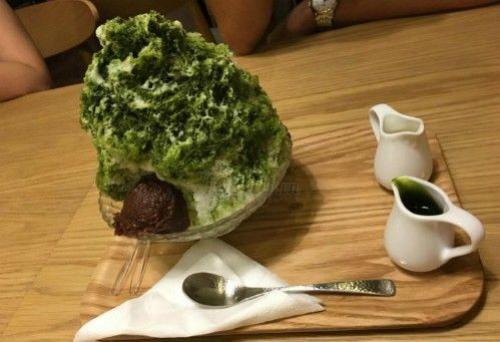 Món đá bào hấp dẫn cùng với nước đường và nước sốt trà xanh. Ảnh: Foody