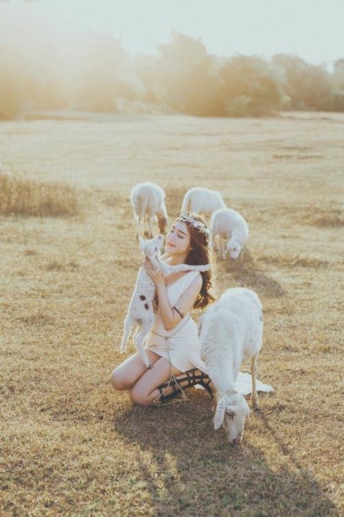 Không diện trang phục hở hang khoe da thịt song Elly Trần vẫn tỏa sáng như một nữ thần giữa khung cảnh thiên nhiên.
