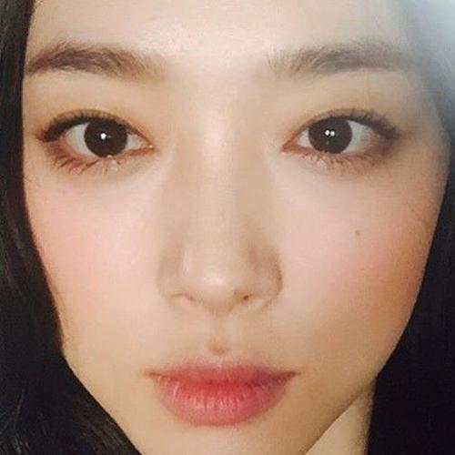 Sulli đăng lên một bức ảnh xinh đẹp được Chanyeol khen