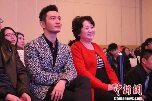 Huỳnh Hiểu Minh và mẹ.