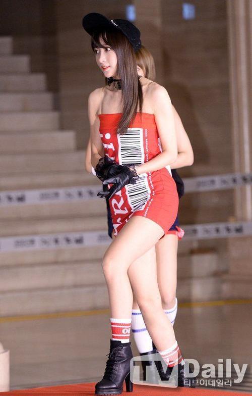 Hani diện bộ váy quây ôm sát, cúp ngực, kết hợp giữa phong cách thể thao và gợi cảm.