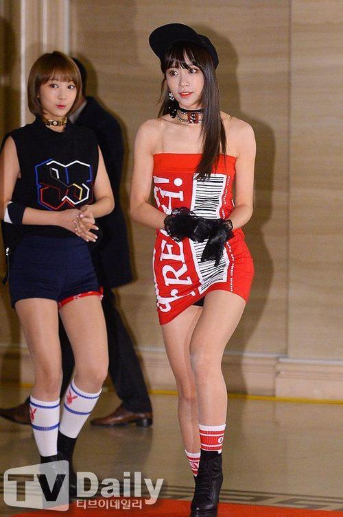 Tuy nhiên, vì độ dài khiêm tốn của váy nên trong lúc bước đi, cô nàng bị lộ quần bảo vệ mặc trong.