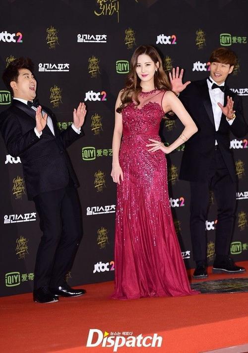 """Seohyun của SNSD là một trong những MC dẫn chương trình của giải. Cô nàng tạo dáng trước sự """"ngỡ ngàng"""" của 2 MC nam."""