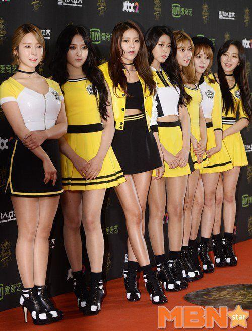 Nhóm AOA với màu vàng chủ đạo quen thuộc trên thảm đỏ, trang phục của các cô gái là chân váy ngắn mang hơi hướng trang phục nhảy cổ động của các cheerleader.