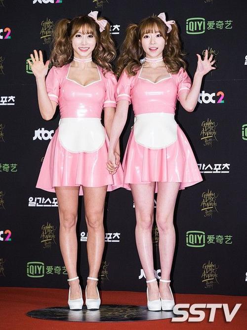 Bộ đôi CocoSori hóa thân thành 2 cô gái hầu bàn.