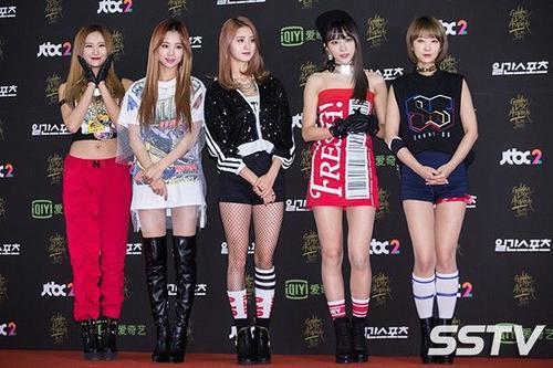 Golden Disk Awards (Đĩa vàng) còn được gọi là Grammy Hàn Quốc nhờ lịch sử lâu đời và uy tín. Năm nay, giải đánh dấu năm thứ 30 tổ chức, sự kiện diễn ra tại hội trường đại học Kyunghee, Seoul. Nhóm nữ EXID gây chú ý nhờ trang phục thảm đỏ ấn tượng, đặc biệt là thành viên Hani.