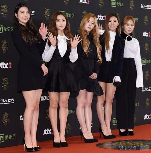Red Velvet diện trang phục đen trắng theo phong cách nữ sinh.