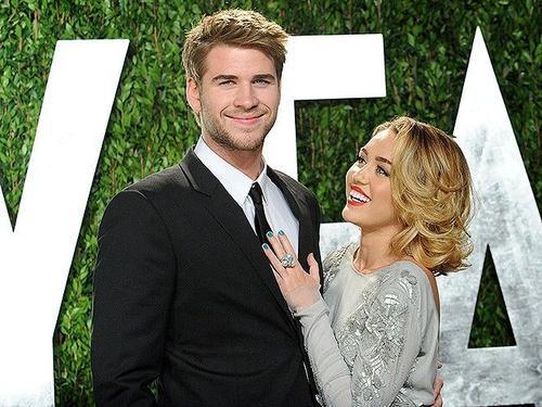 """Đính hôn: Mối quan hệ lãng mạn của đôi diễn viên trẻ kéo dài được 3 năm thì bước sang giai đoạn mới. Năm 2012, Liam cầu hôn bạn gái với chiếc nhẫn kim cương nặng 3,5 carat. """"Tôi vô cùng hạnh phúc và mong chờ cuộc sống phía trước cùng với Liam"""" - Miley chia sẻ khi đính hôn ở tuổi 19."""