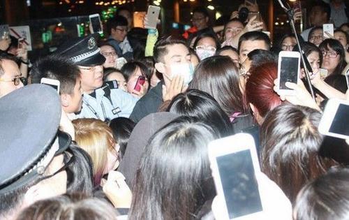 Hoắc Kiến Hoa khi xuất hiện tại sân bay Thượng Hải đã bị bủa vây bởi đám đông người hâm mộ.