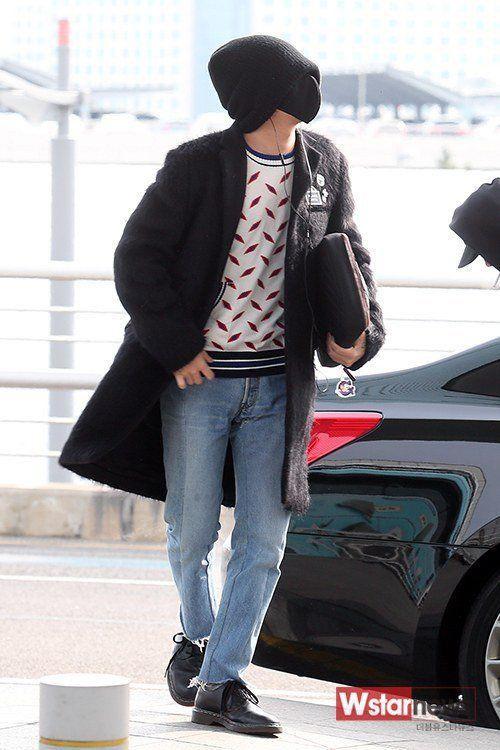 Trong khi đó, G-Dragon diện jeans, áo họa tiết và trechcoat. Trưởng nhóm Big Bang giữ thói quen giấu mặt mỗi khi ra sân bay bằng cách đội mũ len lùm xùm, đeo khẩu trang kín mít.