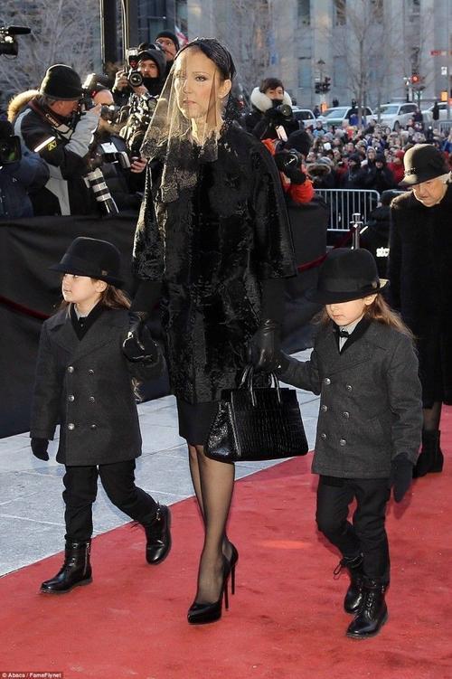 Celine Dion xuất hiện buồn bã bước vào nhà thờ, cô cầm tay cặp song sinh 5 tuổi của mình, Nelson và Eddy. Trong khi đó con trai lớn Rene Charles( 15 tuổi)  đỡ bà ngoại đã 88 tuổi Therese Dion.