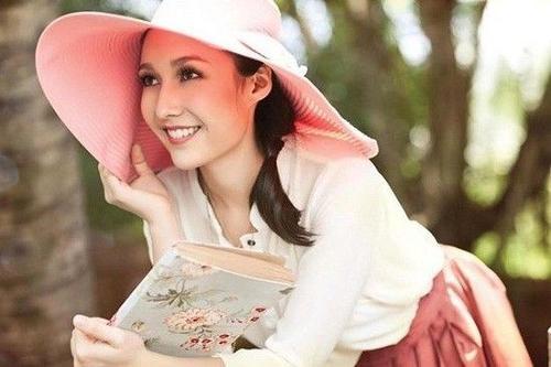 Vì có ê-kíp chống lưng hùng mạnh nên Ana Trương không cần đi thi cuộc thi nào vẫn nổi tiếng.