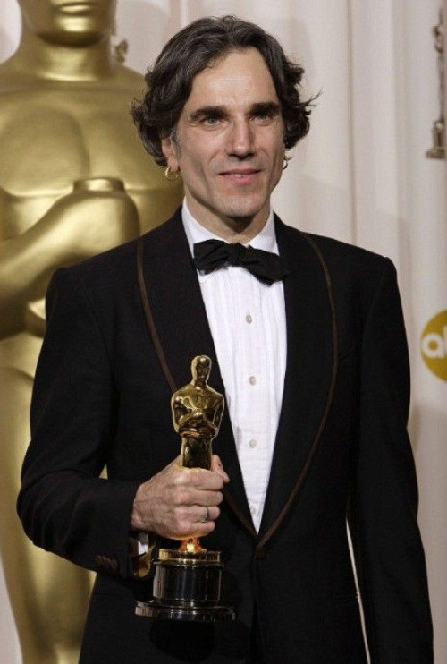 "British actor Daniel Day-Lewis poses with the Oscar for best actor for his work in ""There Will Be Blood"" at the 80th Academy Awards Sunday, Feb. 24, 2008, in Los Angeles. (AP Photo/Kevork Djansezian)"