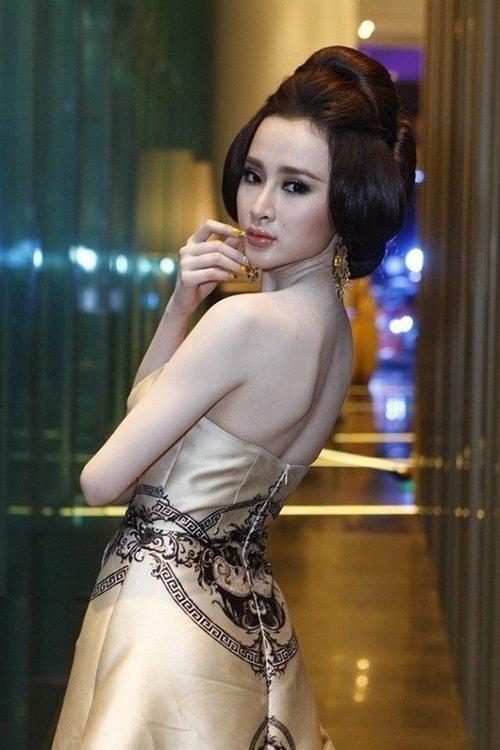 Dù xinh đẹp nhưng thần thái của Angela Phương Trinh bị chê già hơn tuổi.