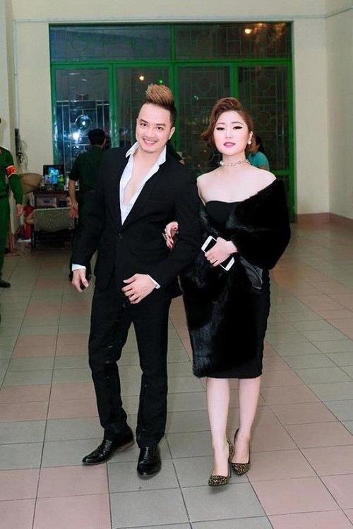 Trong một sự kiện, quán quân Giọng hát Việt mùa đầu gây choáng khi mặc đầm đêm, có áo choàng lông như quý bà đi xem liveshow Đan Trường cùng Cao Thái Sơn.