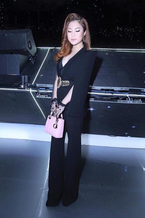 Cách ăn mặc rườm rà cũng được cô áp dụng khi làm khán giả của một chương trình.