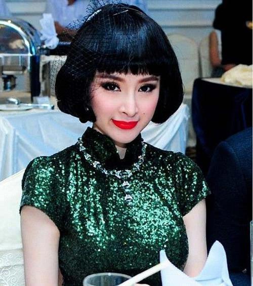 """Mặc dù ở độ tuổi đôi mươi nhưng Angela Phương Trinh thường xuyên xuất hiện với những bộ cánh """"già dặn"""", không hợp tuổi. Cách trang điểm, gout hướng đến hình ảnh quý cô khiến Angela Phương Trinh dừ hơn nhiều."""