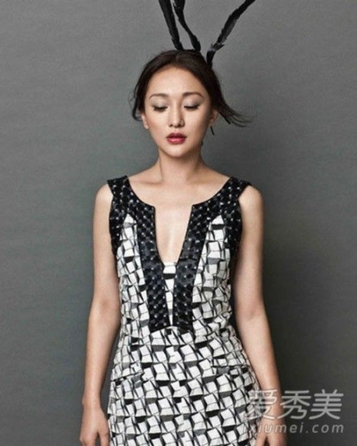 """Châu Tấn cũng là một trong số những """"mỹ nhân ngực nhỏ"""" của làng giải trí Hoa Ngữ. Châu Tấn không ngại ngần diện trang phục có thể khiến nhược điểm của cô bị phơi bày. Tuy nhiên, trong mắt công chúng, Châu Tấn vẫn hoàn hảo và có sức quyến rũ khó cưỡng"""
