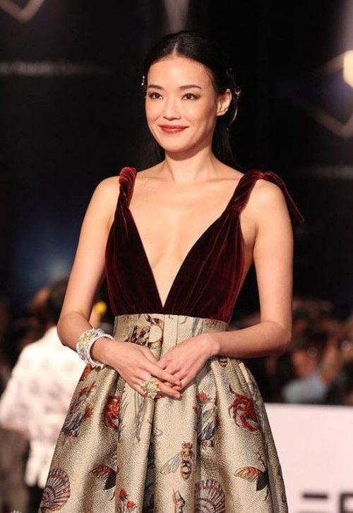 Trên thảm đỏ, cô từng đốt mắt phóng viên bởi vòng một mi-ni của mình. Tuy nhiên, nhắc đến từ gợi cảm - phóng viên Đài Loan đều khẳng định đó là Thư Kỳ.