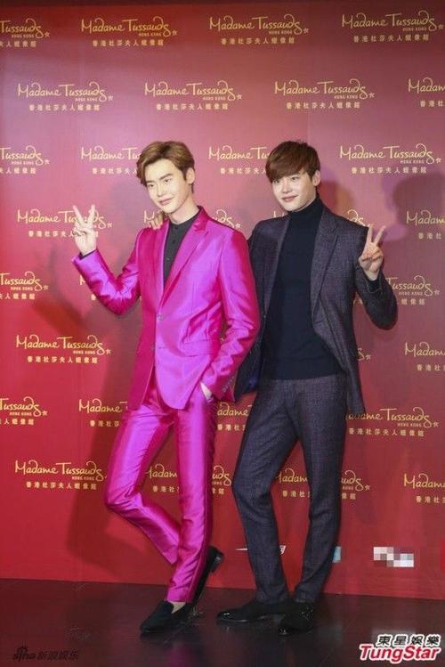 Lee Jong Suk cố tình chọn trang phục hồng huỳnh quang khi gửi cho bảo tàng.