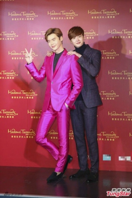 Lee Jong Suk tự hào vì tượng sáp y tạc.