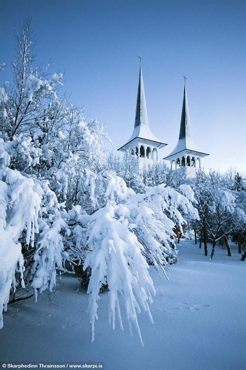 Không chỉ vậy, Reykjavik còn nổi tiếng khắp thế giới bởi vẻ đẹp của các mỏm băng, vịnh hẹp. Tới Reykjavik, du khách có cơ hội mãn nhãn với những bông tuyết trắng xóa phủ lên mái nhà thưa thớt giống trong các truyện cổ tích.