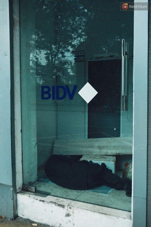Một người đàn ông chui vào cây ATM để ngủ cho ấm.
