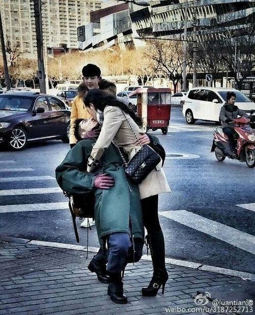 Cô cưỡng hôn bạn trai ngay trên phố. Tề Thịnh và Bồng Bồng đều ở thời hiện đại.