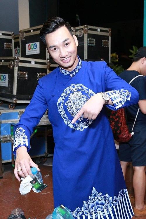 MC Thành Trung vui vẻ nhặt rác cùng người hâm mộ.