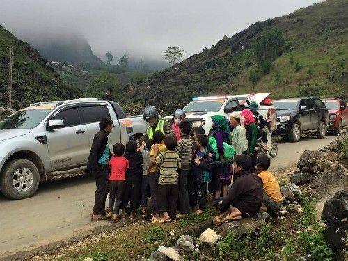 Trẻ em xúm đông xúm đỏ ven đường chờ nhận quà từ khách du lịch.