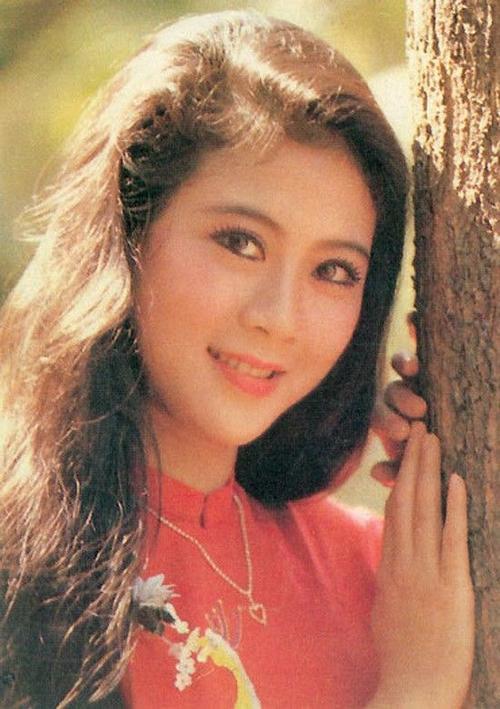 """Sở hữu nhan sắc xinh đẹp, đậm chất Á đông, nữ diễn viên sinh năm 1970 được mệnh danh là """"ngọc nữ tinh khôi"""" hay """"đệ nhất mỹ nhân"""" của màn ảnh Việt trong thập niên 1990."""