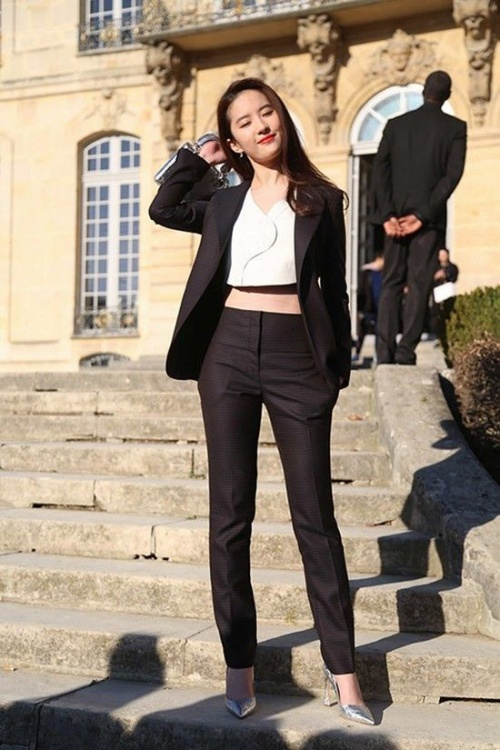 Nữ diễn viên khéo khoe vòng eo con kiến trước ống kính. Cô nhận được sự chú ý của truyền thông quốc tế.
