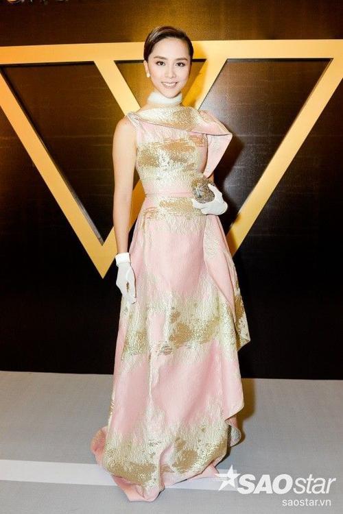 Á Hậu Dương Trương Thiên Lý khá lâu mới xuất hiện, thanh lịch trong bộ váy cách tân