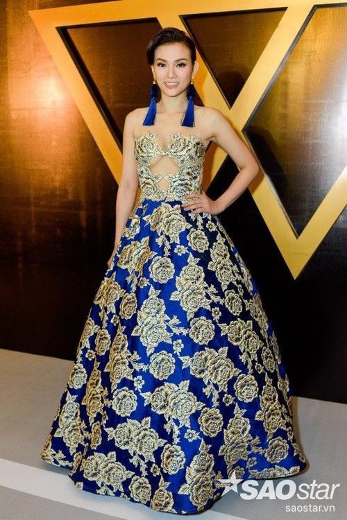 Ca sĩ Thu Thủy tuyệt đẹp trong bộ váy xanh thiết kế cầu kỳ
