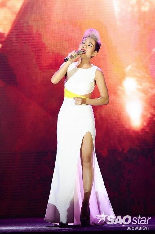 Thảo Trang duyên dáng mở màn đêm nhạc với Đại lộ của gió.