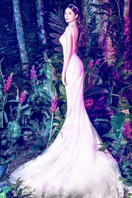 Dáng váy đuôi cá lại tôn được vóc dáng mảnh mai cùng 3 vòng sexy của người đẹp Nam Định.