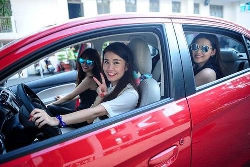 Ngọc Thảo thường xuyên lái xe đi mua sắm với bạn.