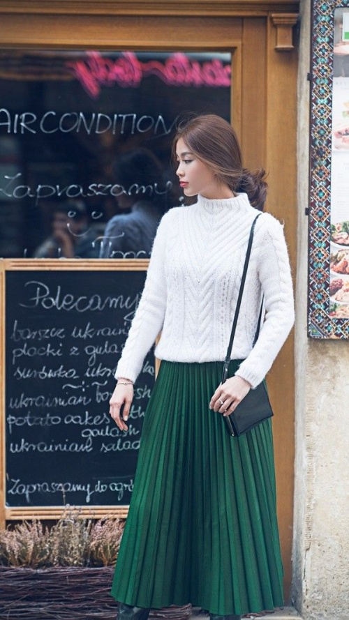Cũng là chân váy xếp li nhưng cô chứng tỏ khả năng mix & match cao tay với áo len trắng đi cùng với boot cao cổ. Vừa tôn dáng vừa không mất đi sự thanh lịch vốn có.