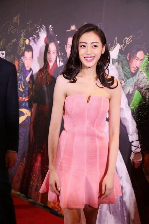 Trương Thiên Ái diện váy gợi cảm.