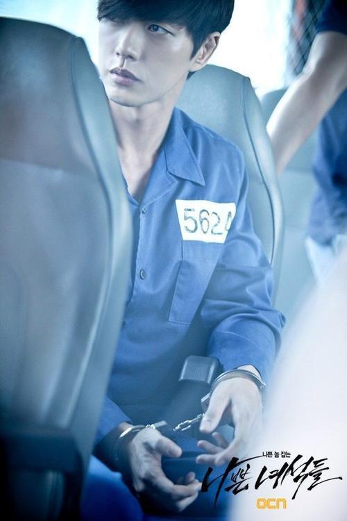 Năm 2014, mỹ nam Park Hae Jin có vai diễn kẻ giết người hàng loạt Lee Jung Moon trong drama Bad Guys của đài OCN. Đằng sau vẻ mỹ nam, điềm đạm là tên tâm thần có chỉ số IQ 165 với học vị xuất sắc. Dù khoác áo tù nhân, Park Hae Jin vẫn toát lên diện mạo mỹ nam.