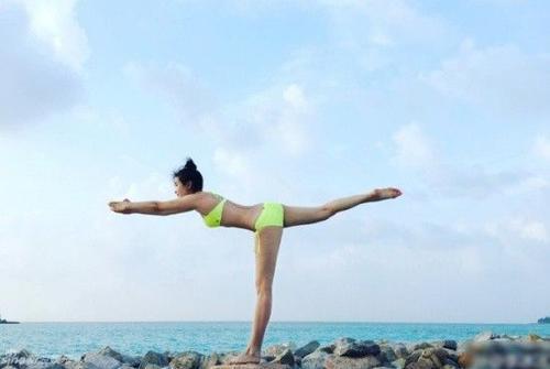 Cô thể hiện những động tác yoga chuyên nghiệp.