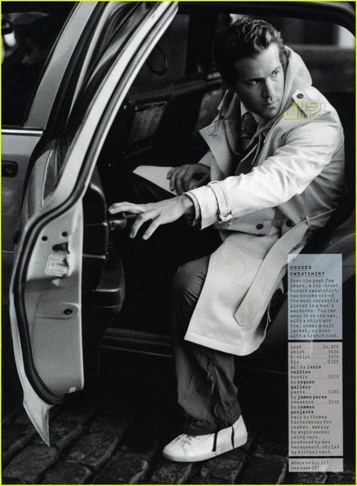 """Ra dáng """"thám tử"""" với long coat màu sáng trong một shoot ảnh."""