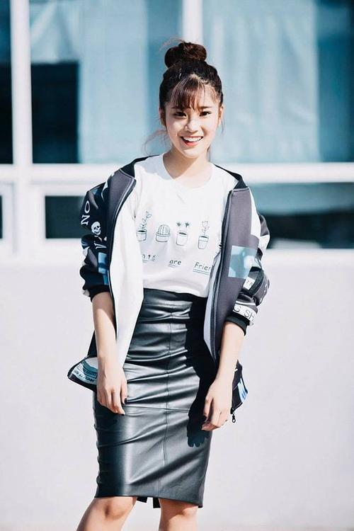 Dù nàng đang diện váy bút chì da nhưng phối cùng bomber jacket trông tổng thể set đồ lại mang đậm chất thể thao.