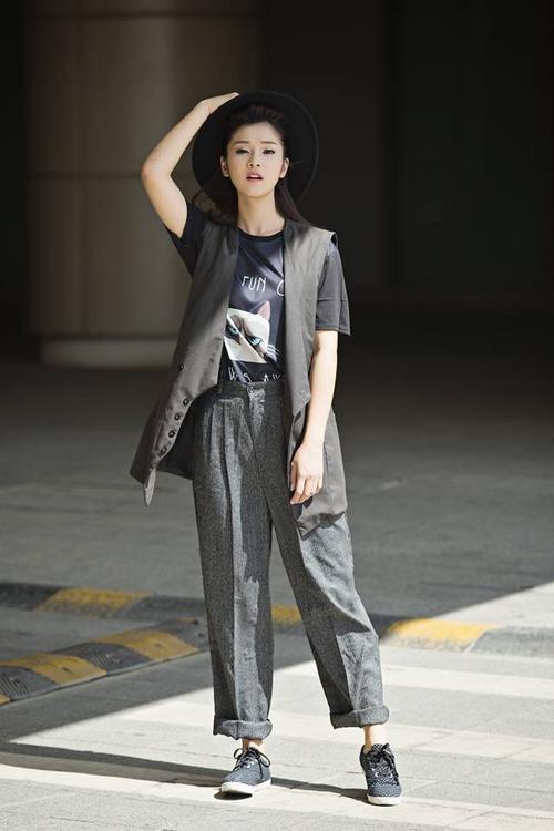 Menswear với T shirt đen áo blazer dài cùng baggy rộng xám.