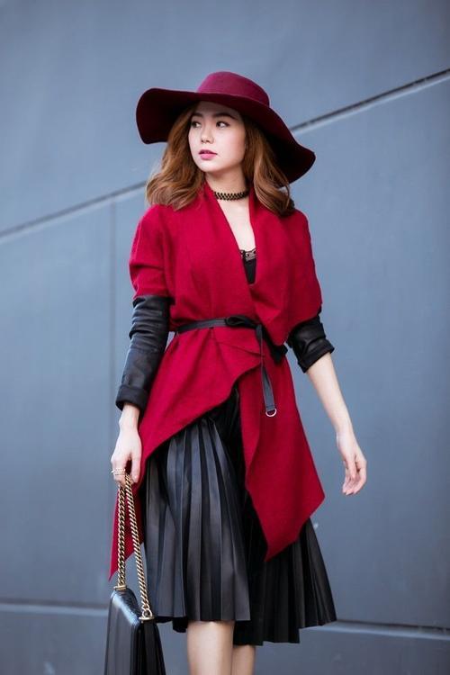 Ra dáng tiểu thư sang chảnh vào thứ 6 với váy da đen gập nhúng li kèm khoác đỏ rực.